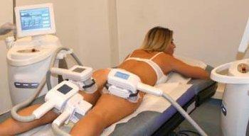 Femme allongée sur son ventre durant une séance de cryolipolyse