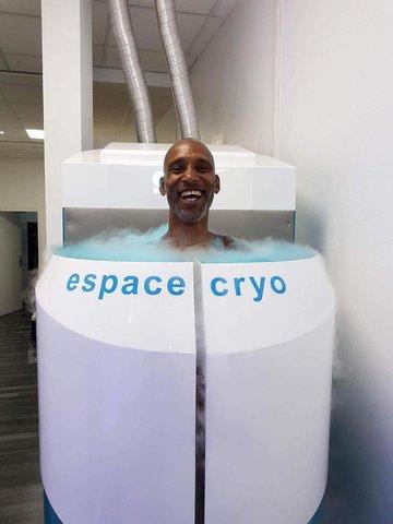 Homme dans une cabine de cryothérapie